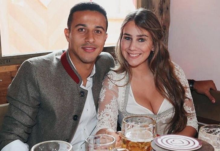 Thiago Alcántara y Julia Vigas